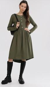 Zielona sukienka born2be z długim rękawem
