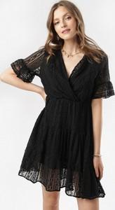 Czarna sukienka born2be w stylu casual mini z krótkim rękawem