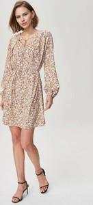 Sukienka FEMESTAGE Eva Minge w stylu casual z dekoltem w kształcie litery v