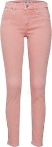 Różowe jeansy Drykorn z jeansu w street stylu