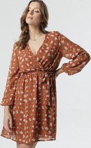 Brązowa sukienka born2be z długim rękawem mini z dekoltem w kształcie litery v