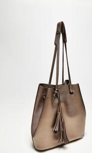 Brązowa torebka Moodo z frędzlami lakierowana w stylu casual
