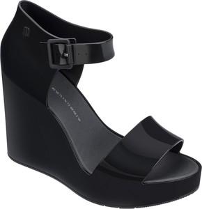 Czarne sandały Melissa z klamrami na wysokim obcasie