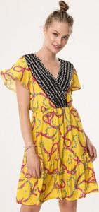 Żółta sukienka born2be w stylu casual z dekoltem w kształcie litery v