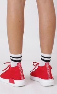 Czerwone trampki Casu w sportowym stylu