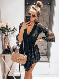 Czarna sukienka magmac.pl w stylu boho z dekoltem w kształcie litery v z tiulu