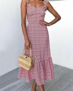 Różowa sukienka Kendallme trapezowa z dekoltem w kształcie litery v