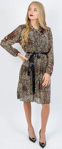 Sukienka Olika z żabotem z długim rękawem w stylu casual