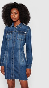 Niebieska sukienka Guess z kołnierzykiem z jeansu