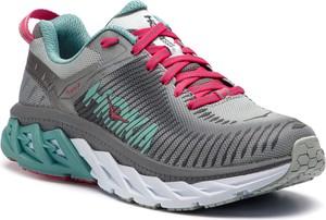 Buty sportowe Hoka one one na koturnie w sportowym stylu