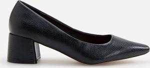Czarne czółenka Reserved w stylu klasycznym ze spiczastym noskiem na obcasie