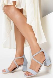 Niebieskie sandały born2be na słupku