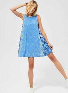 Niebieska sukienka Moodo w stylu casual
