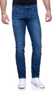 Niebieskie jeansy Wrangler w street stylu