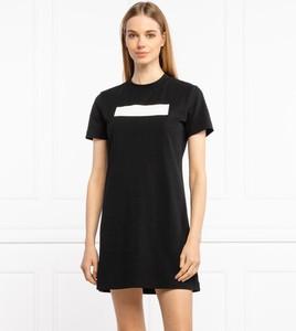 Sukienka Calvin Klein mini prosta z okrągłym dekoltem
