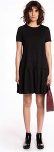 Czarna sukienka Gate z bawełny z krótkim rękawem