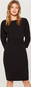 Czarna sukienka Mohito ołówkowa midi z dekoltem w kształcie litery v