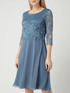 Niebieska sukienka Vera Mont z okrągłym dekoltem z szyfonu