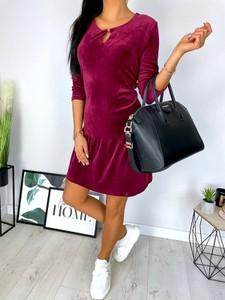 Czerwona sukienka ModnaKiecka.pl z weluru z długim rękawem w stylu casual