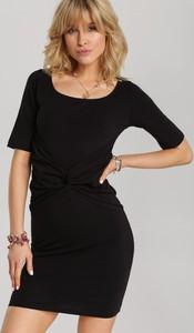 Czarna sukienka Renee w stylu casual z krótkim rękawem z okrągłym dekoltem