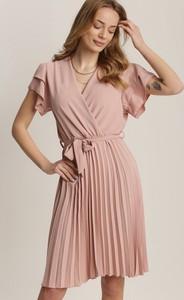 Różowa sukienka Renee z krótkim rękawem z dekoltem w kształcie litery v