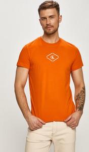 T-shirt Calvin Klein w młodzieżowym stylu z krótkim rękawem z nadrukiem