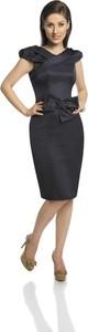Czarna sukienka Fokus z krótkim rękawem z tkaniny z dekoltem w kształcie litery v