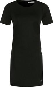 Sukienka Calvin Klein prosta z okrągłym dekoltem w stylu casual