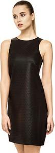 Czarna sukienka Guess z okrągłym dekoltem w stylu glamour dopasowana