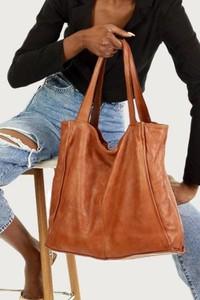 Brązowa torebka Merg w wakacyjnym stylu lakierowana na ramię