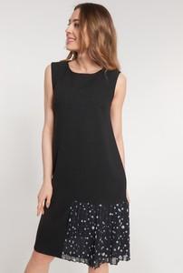 Czarna sukienka QUIOSQUE na ramiączkach z okrągłym dekoltem