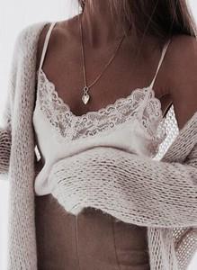 Bluzka Sandbella z dekoltem w kształcie litery v z satyny