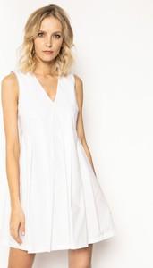 Sukienka Manila Grace bez rękawów z dekoltem w kształcie litery v