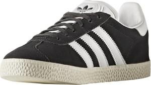 Czarne trampki Adidas z płaską podeszwą sznurowane niskie