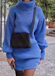 Niebieska sukienka Arilook z długim rękawem dopasowana