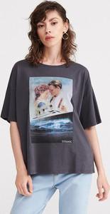 Granatowy t-shirt Reserved z krótkim rękawem w młodzieżowym stylu z nadrukiem