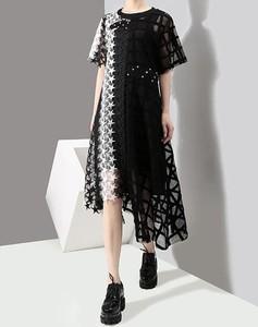 Czarna sukienka Arilook z okrągłym dekoltem midi sportowa