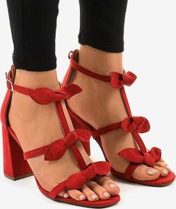 Czerwone sandały Gemre.com.pl na słupku