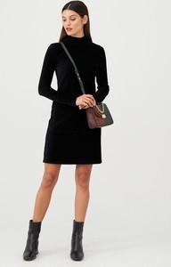 Czarna sukienka V by Very z długim rękawem