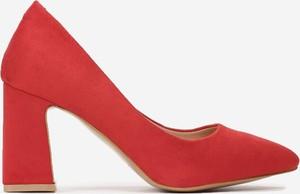 Czerwone czółenka born2be na wysokim obcasie ze spiczastym noskiem w stylu klasycznym
