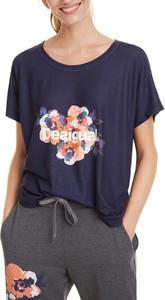 Niebieski t-shirt Desigual w młodzieżowym stylu