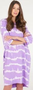 Fioletowa sukienka Unisono z okrągłym dekoltem w stylu casual