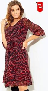 Czerwona sukienka Kaskada z dekoltem w kształcie litery v