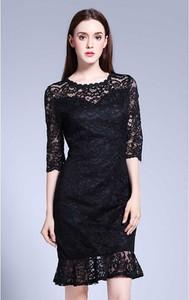 Czarna sukienka Kobiecy Szyk z okrągłym dekoltem z długim rękawem trapezowa