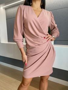 Różowa sukienka ModnaKiecka.pl z długim rękawem z dekoltem w kształcie litery v
