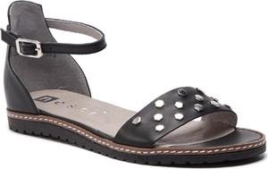 Czarne sandały Nessi z płaską podeszwą ze skóry w stylu casual