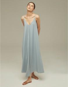 Niebieska sukienka Klaudyna Cerklewicz trapezowa z dekoltem w kształcie litery v