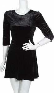 Czarna sukienka East Trend mini z długim rękawem z okrągłym dekoltem