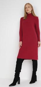 Czerwona sukienka born2be z golfem z dzianiny prosta