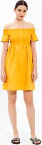 Żółta sukienka Gate z odkrytymi ramionami